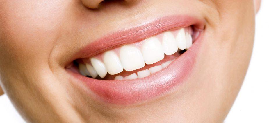 Beyaz Dişlere Sahip Kadın