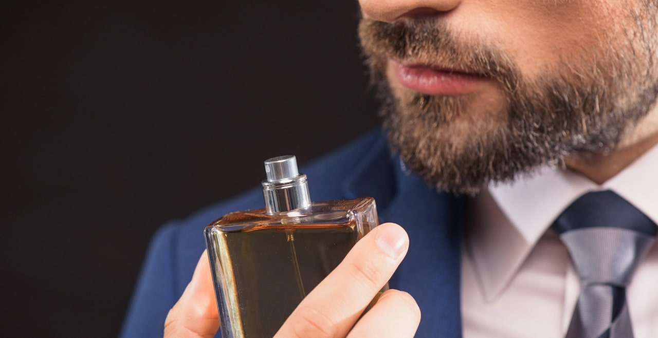 Parfüm Seçen Sakallı Erkek