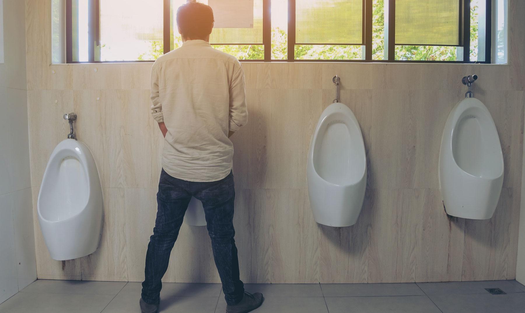 Tuvalette İdrarını Yapan Adam